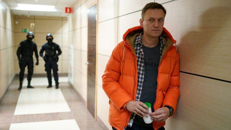 L'opposant russe Alexeï Navalny dans un couloir du siège de sa fondation anti-corruption à Moscou, le 26 décembre 2019. (DIMITAR DILKOFF / AFP)