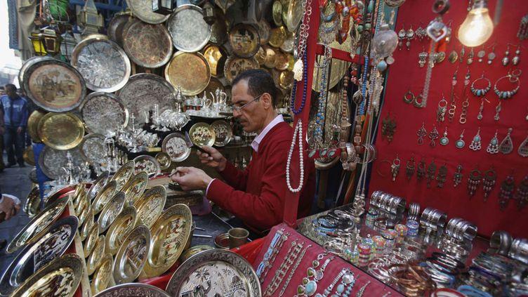 Un artisan dans la medina de Tunis, le 21 avril 2012. (REUTERS/Zoubeir Souissi)