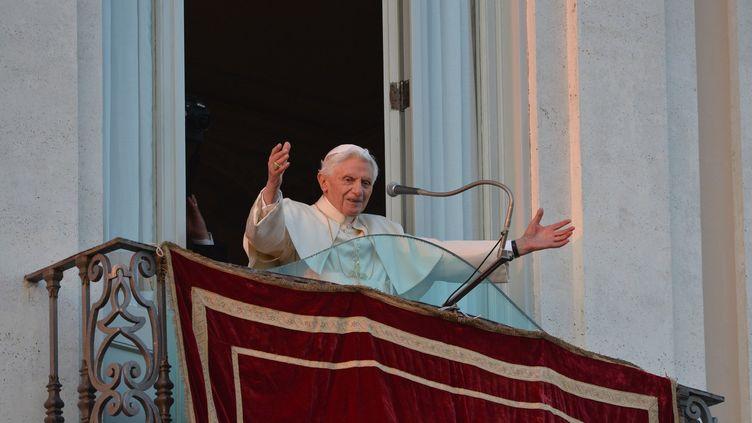Le pape Benoît XVI s'est adressé à des milliers de fidèles enthousiastes à Castel Gandolfo (Italie) le 28 février 2013. (VINCENZO PINTO / AFP)