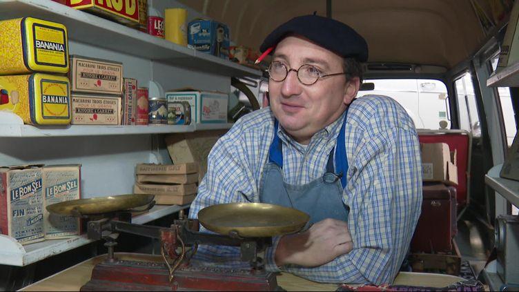 Xavier Hory dans une Estafette transformée en épicerie ambulante (S.Loeb / France Télévisions)