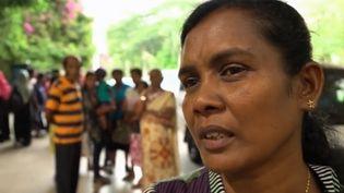"""Il est indiqué """"garanties sans grossesse"""" sur le dossier de femmes sri lankaises qui partent travailler comme domestiques dans les pays du Golfe. (Capture d'écran France 2)"""