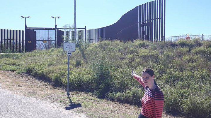 Emma Hilbert, avocate pour le South Texas Human Rights Center à Hidalgo, accompagne les sans-papiers mexicains et latino-américains qui continuent de traverser la frontière malgréla barrière. (MATHILDE LEMAIRE / RADIO FRANCE)