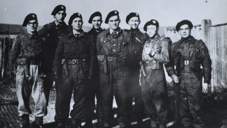 """Une image prise quelques jours avant le début de l'Opération """"Overland"""" montrant les membres des commandos Kieffer, le commando Kieffer étaient un groupe de 177 soldats français qui ont participé à l'invasion de la Normandie pendant la Deuxième Guerre mondiale. (HUBERT FAURE / AFP)"""