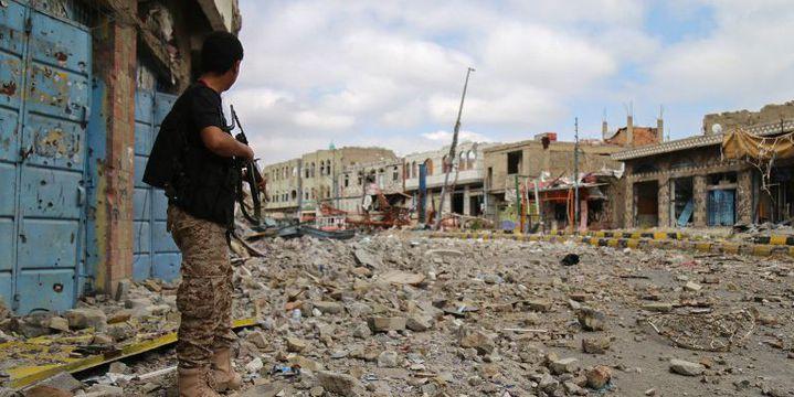 Décembre 2015, Un milicien pro-régime dans une rue de la 3e ville du Yémen, Taez. (AHMAD AL-BASHA / AFP)