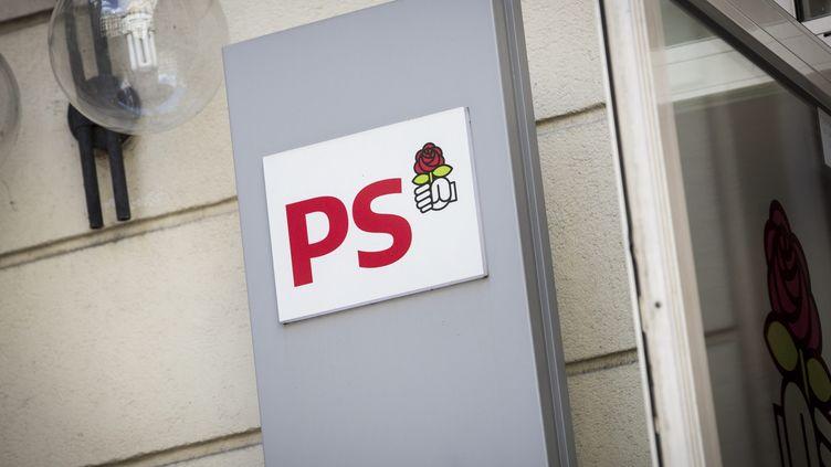 Le logo du PS à l'entrée du siège à Paris le 20 mai 2015. (MAXPPP)