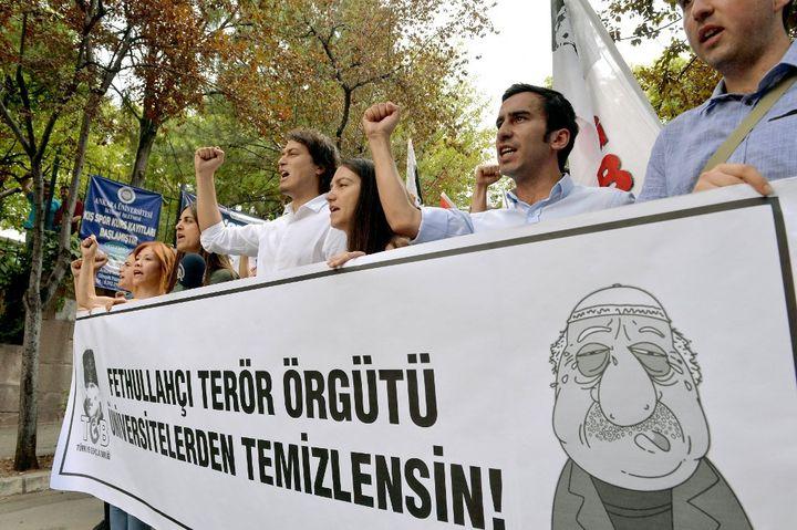 Au lendemain du coup d'Etat manqué, le président turcRecep Tayyip Erdogan a accusé la confrérie Gülen d'en être à l'origine. Une accusation relayée par les mouvements nationalistes comme lors de cette manifestation à Ankara le 21 juillet 2016. (ADEM ALTAN / AFP)