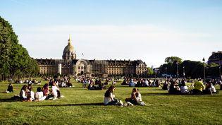 Les Parisiens profitent du retour du soleil, aux Invalides, le 28 mai 2021. (DANIEL PIER / NURPHOTO / AFP)