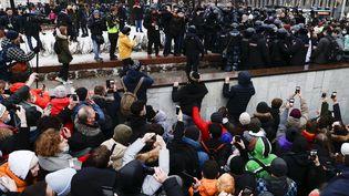 Des policiers bloquent la route à des manifestants réunis à Moscou (Russie), le 23 janvier 2021, pour demander la libération de l'opposant russeAlexeï Navalny. (SEFA KARACAN / ANADOLU AGENCY / AFP)