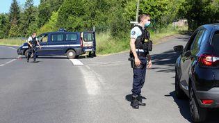 De nombreux gendarmes ont été mobilisés au Lardin-Saint-Lazare, ce dimanche 30 mai. (DIARMID COURREGES / AFP)