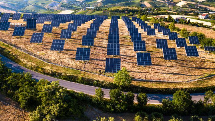 Un champ de panneaux solaires. (Illustration) (LEOPATRIZI / E+ / GETTY IMAGES)