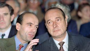 Alain Juppé, alors secrétaire général du RPR, etJacques Chirac, alors président du RPR, le 11 février 1990, lors d'une convention du partiau Bourget (Seine-Saint-Denis). (PIERRE GUILLAUD / AFP)