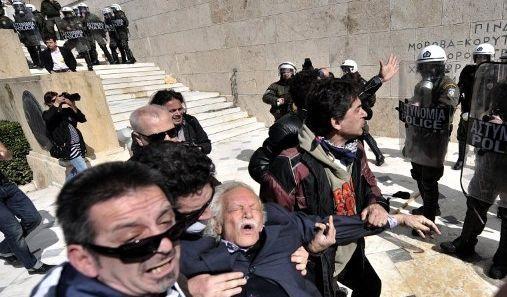 Manolis Glezos blessé lors d'une manifestation devant le parlement grec en 2010. (ARIS MESSINIS / AFP)