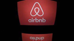 Le logo d'Airbnb sur un écran d'ordinateur, à Paris. (LIONEL BONAVENTURE / AFP)