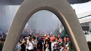 Des Japonais se recueillent devant le mémorial dédié aux victimes d'Hiroshima, le 6 août 2015, dans cette ville de l'archipel. (JIJI PRESS / AFP)