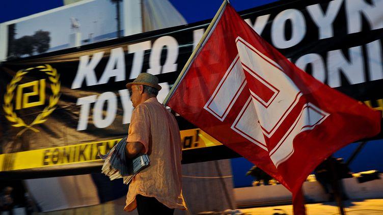 Un militant du parti d'extrême droite grec Aube dorée lors d'un meeting à Athènes, le 11 juin 2012. (ANDREAS SOLARO / AFP)
