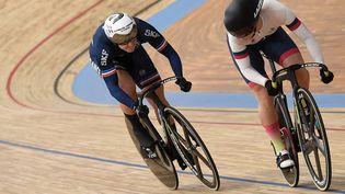 La Française Mathilde Grosvictorieuse dela RusseAnastasiia Voinova en 8e de finale de la vitesse féminine des championnats du monde de cyclisme sur piste, le 21 octobre 2021. (FRANCOIS LO PRESTI / AFP)