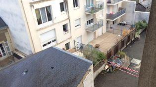 Façade arrière et cour de l'immeuble dont un balcon s'est décroché, le 16 octobre 2016, à Angers (Maine-et-Loire). (BENEDICTE ROBIN / FRANCEINFO)