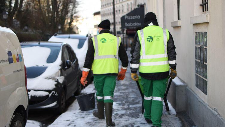 Des employés de la mairie de Paris en opération de salage près de Montmartre, le 10 février. (VICTOR VASSEUR / FRANCE-INFO)