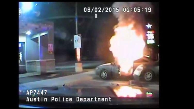 Une grosse déflagration venant de la voiture, le conducteur à l'intérieur sur un parking, le 2 juin 2015 à Austin (Texas) (KXAN / YOUTUBE)