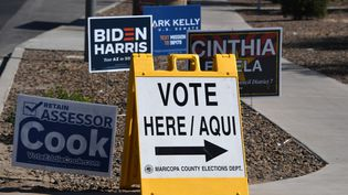Un pancarte d'indication d'un lieu de vote à Phoenix, en Arizona (États-Unis) (ROBYN BECK / AFP)