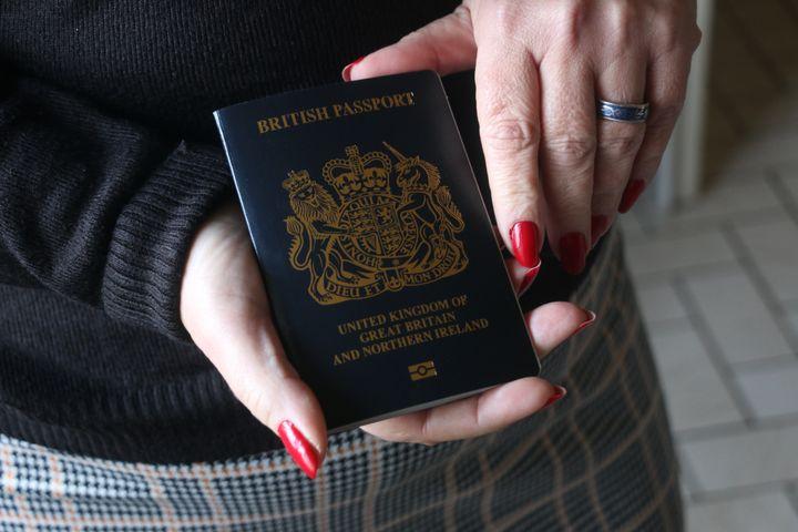 Le nouveau passeport britannique de Jen, le 10 novembre 2020, à son domicile près de Dunkerque (Nord). (VALENTINE PASQUESOONE / FRANCEINFO)