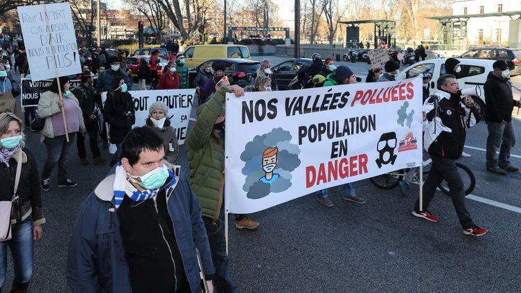 Une centaine de manifestants avait protesté le 10 décembre dernier, devant la préfecture d'Annecy, contre la pollution dans la Vallée de l'Arve et dans la vallée du Mont-Blanc. (GR?GORY YETCHMENIZA / MAXPPP)