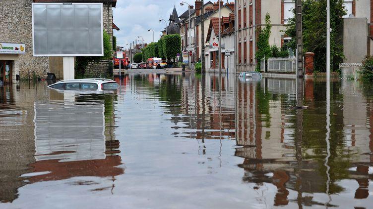 Une rue de Montargis (Loiret) inondée par la crue historique du Loing le 1er juin 2016. (GUILLAUME SOUVANT / AFP)