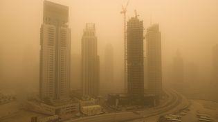 Une tempête de sable à Dubaï (Emirats arabes unis), le 2 avril 2015. (CLEMENT MAHOUDEAU / MAXPPP)