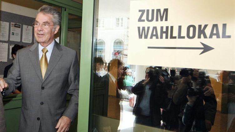 Heinz Fischer sortant d'un bureau de vote, à Vienne, le 25 avril 2010 (AFP/Dieter Nagl)