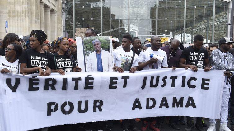 Un an après la mort d'Adama Traoré, sa soeur Assa (troisième à gauche) réclame toujours la justice et dénonce un acharnement des autorités sur sa famille. (DOMINIQUE FAGET / AFP)