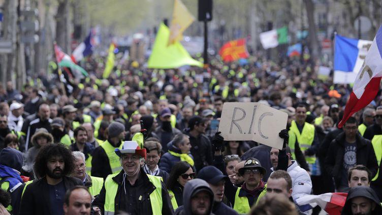 """Des """"gilets jaunes"""" manifestent à Paris, le 13 avril 2019. (THOMAS SAMSON / AFP)"""
