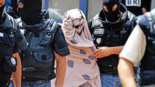La brigade de recherche et d'intervention (BRI) lors d'une perquisition effectuée dans l'appartement de Yassin Salhi àSaint-Priest (Rhône), le 26 juin 2015. (MAXPPP)