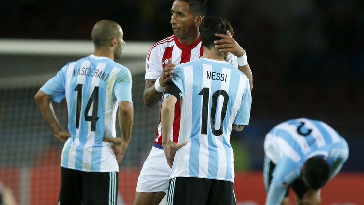 Lucas Barrios console Lionel Messi après le nul de l'Argentine face au Paraguay. (ANDR?S PI?A/PHOTOSPORT / PHOTOSPORT)