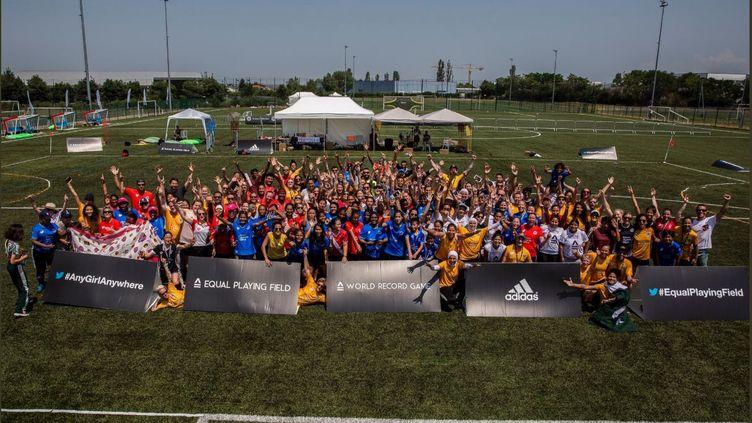 Photo des joueurs et joueuses du plus long match de foot disputé à Lyon, provenant du compte Twitter d'Equal Playing Field créditée EPFinitiative. (CAPTURE D'ÉCRAN)