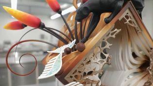 Elias Läderach, champion du monde en titre des artisans chocolatiers, exerce son métier tel un artiste qui répéteraitses gammes. (CAPTURE ECRAN FRANCE 2)