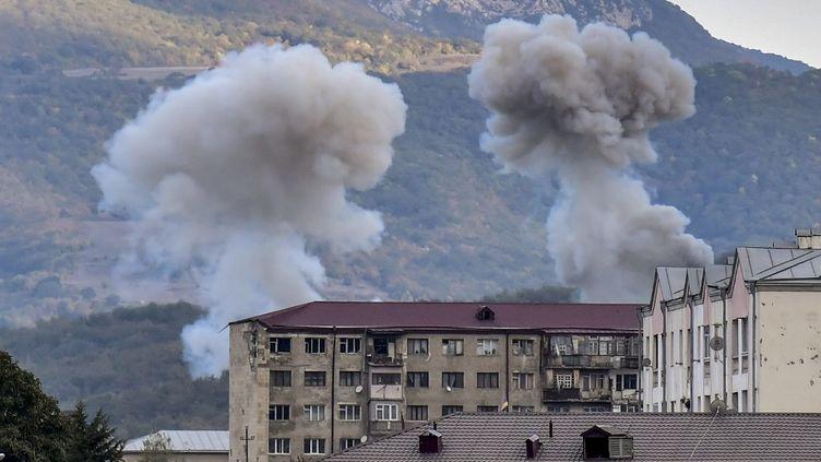 De la fumée s'élève après le bombardement de Stepanakert, le 9 octobre 2020, lors des combats entre l'Arménie et l'Azerbaïdjan sur la région contestée du Haut-Karabakh. (ARIS MESSINIS / AFP)