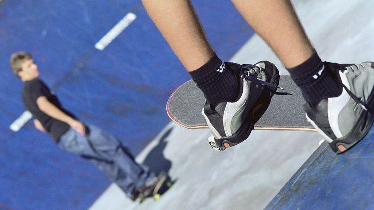 Des jeunes skateurs sur une rampe de skatepark (illustration). (TÉO LANNIÉ / MAXPPP)