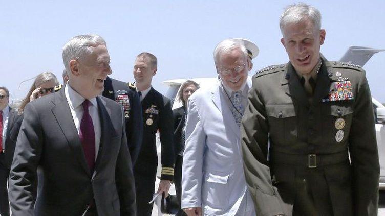 Le Secrétaire américain à la Défense, James Mattis (G), est accueilli par le général Thomas Waldhauser (D), des Marines américains, à son arrivée au camp Lemonnier à Ambouli, Djibouti, le 23 avril 2017. (JONATHAN ERNST/POOL/AFP)