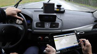 Depuis le 21 octobre 2013, les radars embarqués peuvent aussi contrôler la vitesse des véhicules qu'ils croisent. (  MAXPPP)