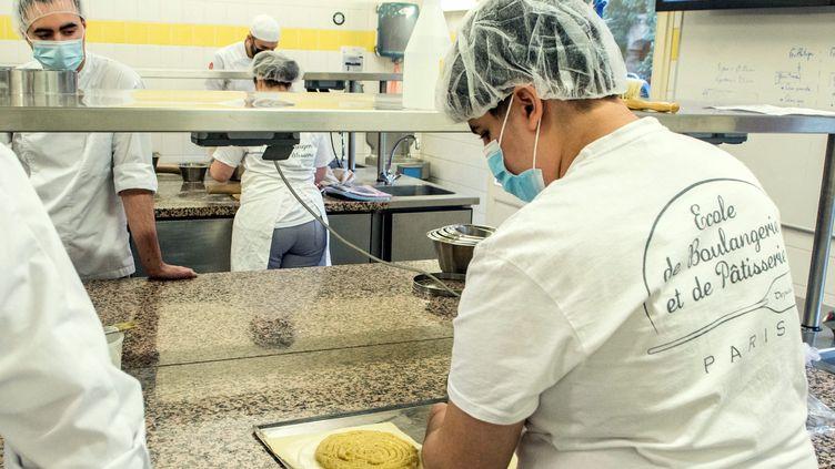 Des apprentis en formation initiale et des stagiaires en reconversion professionnelle àl'Ecole de boulangerie et de patisserie à Paris. (BRUNO LEVESQUE / MAXPPP)