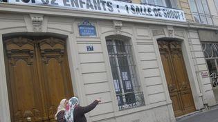Devant le bâtiment jouxtant l'endroit où devait être implantée la salle de consommation de drogues à moindre risque, boulevard de La Chapelle, dans le 10e arrondissement de Paris, le 4 juillet 2013. (MAXPPP)
