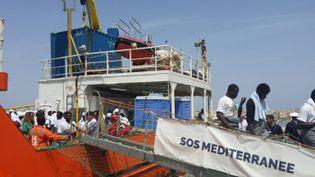 L'Aquarius, bateau humanitaire de SOS Méditerranée, accoste en Italie,avec une centaine de migrants sauvés d'un naufrage (ELIO DESIDERIO / ANSA)