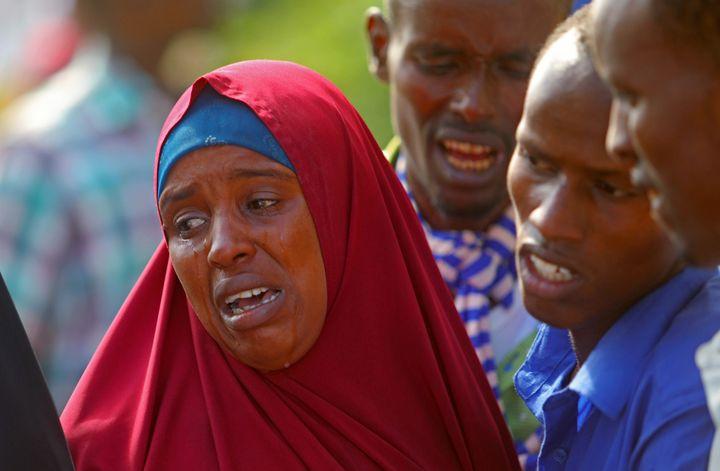 Des Somaliens pleurent, dans un hôpital de Mogadiscio, la mort d'un parent lors d'une attaque menée par les forces gouvernementales. Celles-ci étaient appuyées par des militaires américains. Photo prise le 25 août 2017. (FEISAL OMAR / X02643)