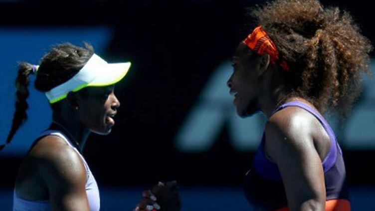 Sloane Stephens (à gauche) salue Serena Williams à l'Open d'Australie 2013
