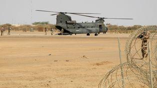 Un hélicoptère Chinook de la Royal Air Force britannique sur la base de la mission française Barkhane, dans la région de Menaka au Mali, le 21 mars 2019. (Daphné BENOIT / AFP)