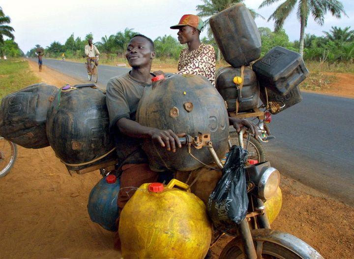 """Un trafiquant bien équipé quitte la ville de Missrete pour """"faire le plein"""" au Nigeria voisin. (ISSOUF SANOGO / AFP)"""