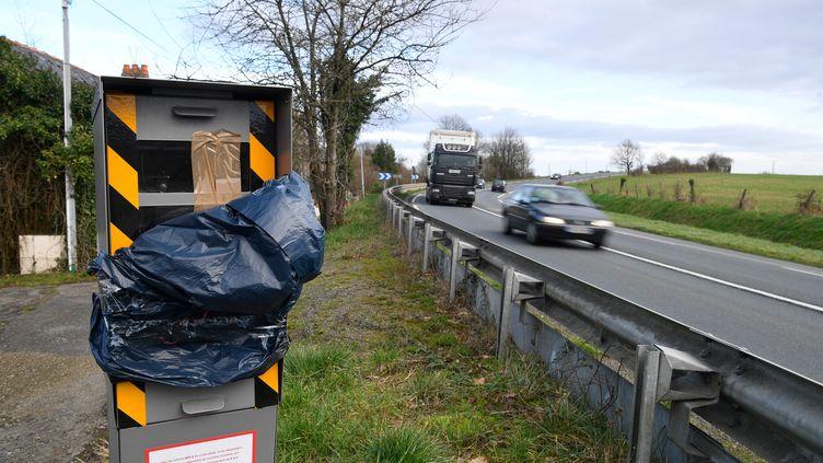 Un radar dégradé au bord d'une route de La Brulatte, en Mayenne (illustration). (DAMIEN MEYER / AFP)
