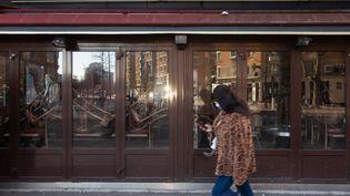 Une brasserie fermée à Paris du fait des restrictions sanitaires liées à l'épidémie de Covid-19, le 6 mars 2021. (GEORGES GONON-GUILLERMAS / HANS LUCAS / AFP)