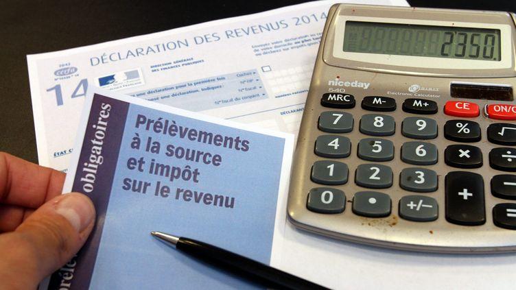 Un formulaire de déclaration d'impôts sur le revenu et de prélèvement à la source, à Mulhouse (Haut-Rhin), le 20 mai 2015. (JEAN-FRANÇOIS FREY / MAXPPP)