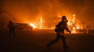 Des pompiers interviennent à Windsor, en Californie, aux Etats-Unis, le 27 octobre 2019. (PHILIP PACHECO / AFP)